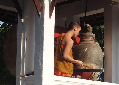 Moine sonnant l'office Luang Prabang Laos