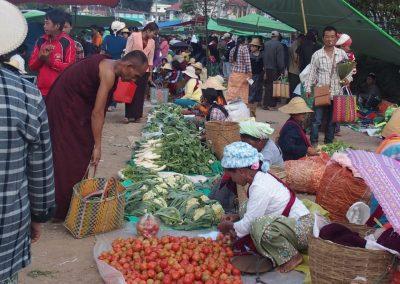Moine sur marché Birmanie
