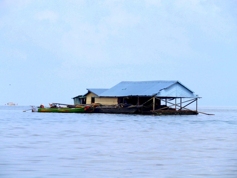 Petit village flottant lac Tonle Sap Cambodge