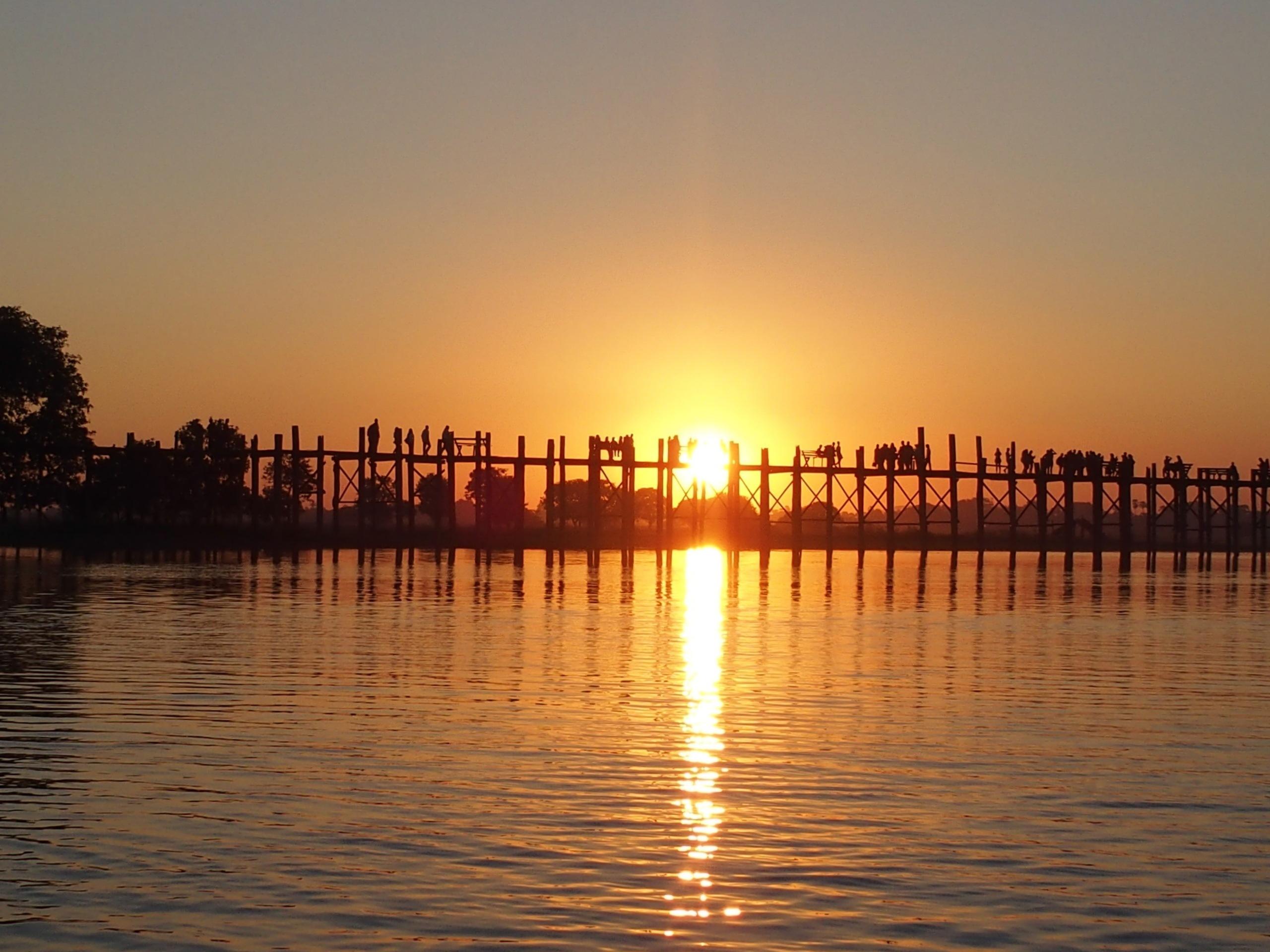 Pont U Bein au coucher du soleil Myanmar.