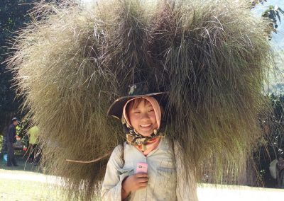Port d'herbe à balais jeune fille Knong Khiaw Laos