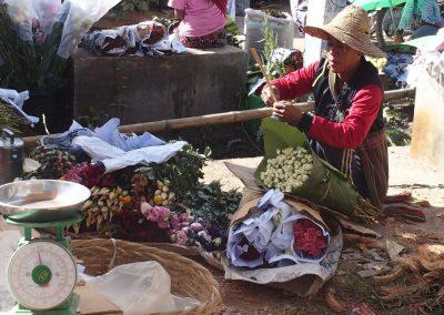 Préparation bouquets marché Birmanie