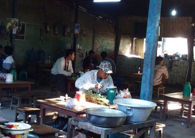 Restauration sur marché Birmanie