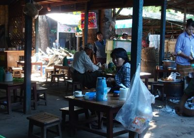 Restauration sur un marché Birmanie