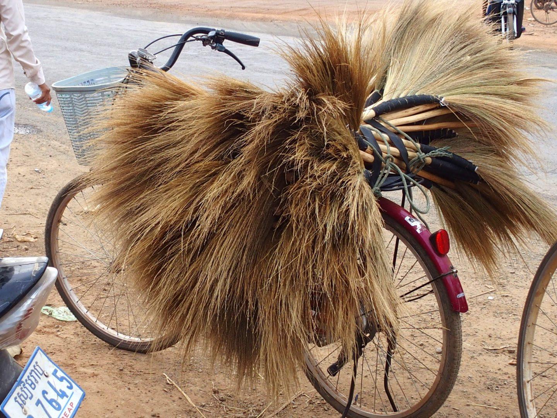 Vélo chargé balais marché Cambodge