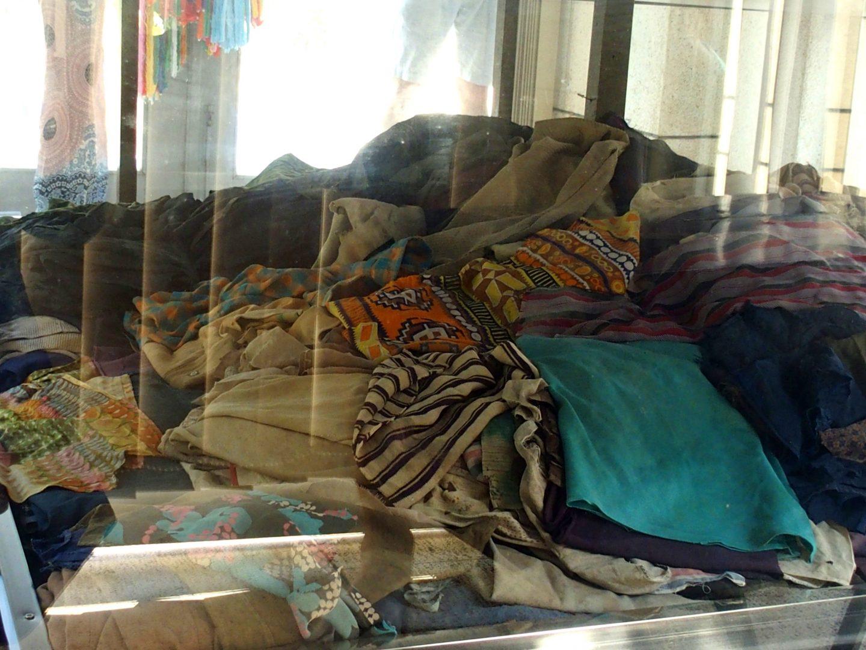 Vêtements des disparus musée génocide Phnom Penh Cambodge