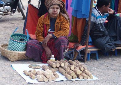 Vendeuse de thanaka marché Birmanie