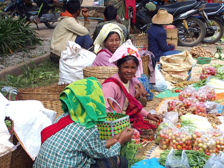 Vendeuses tomates gare Kalaw Inle Birmanie