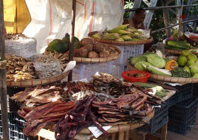 Vente poissons fumés marché Birmanie