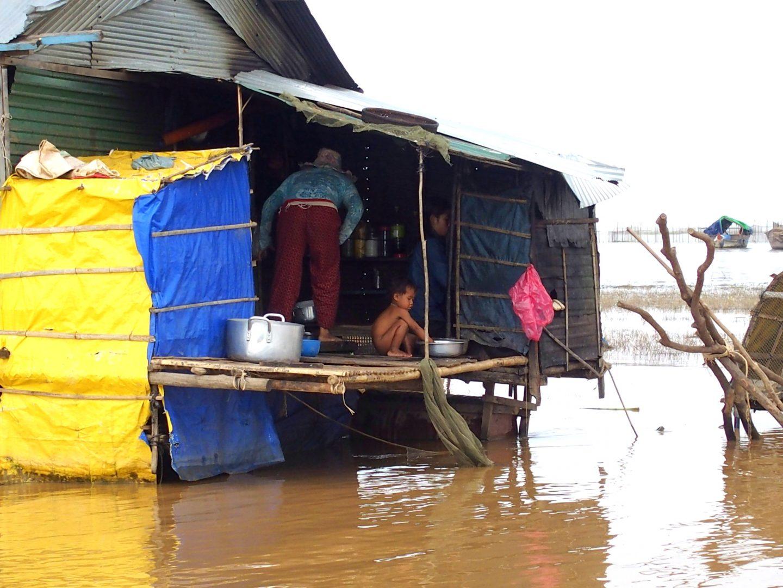 Vie quotidienne maison flottante lac Tonle Sap Cambodge