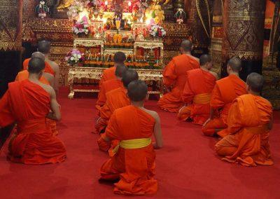 Prière au monastère Luang Prabang Laos