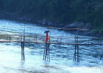 Moine sur pont de bambou Luang Prabang Laos