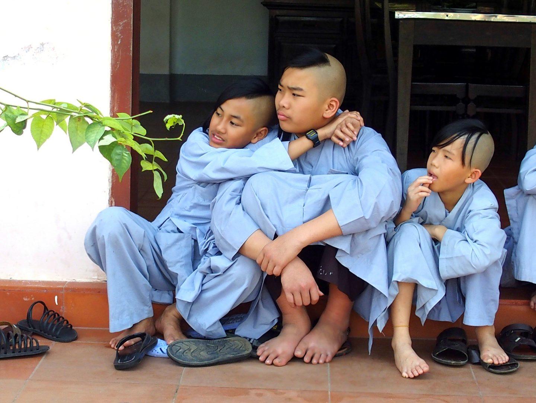 Amitié novices monastère Hué Vietnam
