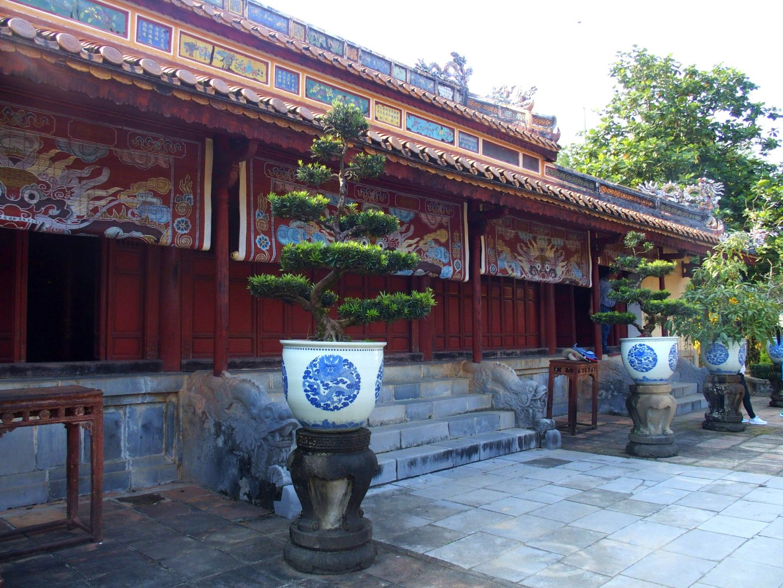 Bonsaï et poteries mausolée Khai Dinh Hué Vietnam