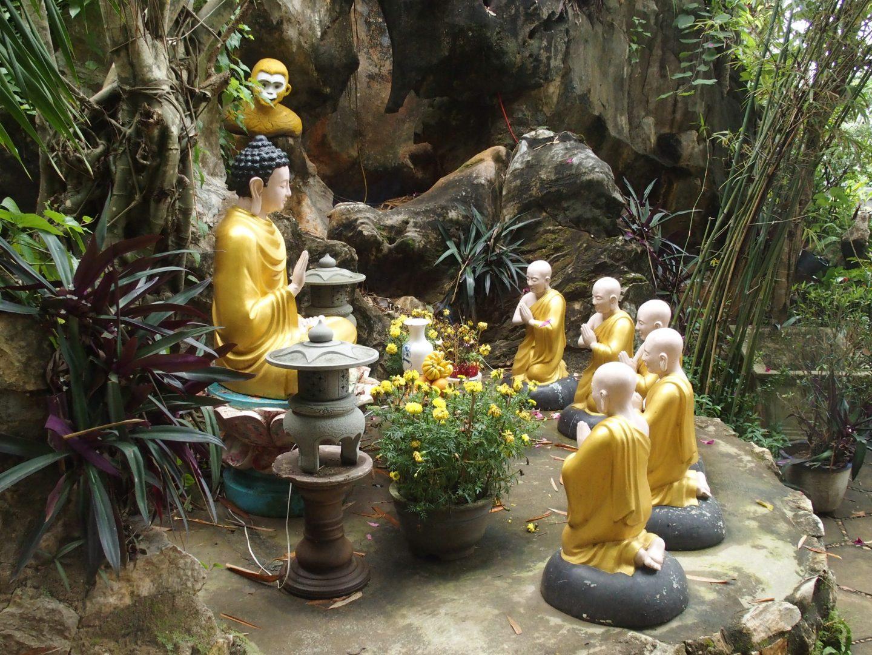 Bouddhas dans jardin pagode Tienn Mu Hué Vietnam