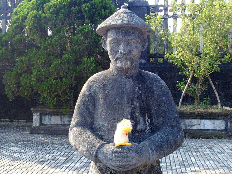 Couinn-Couinn et soldat mandarin mausolée Khai Dinh Hué Vietnam