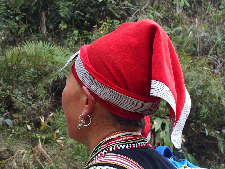 Détails coiffe et boucle oreille Femme ethnie Dao Vietnam
