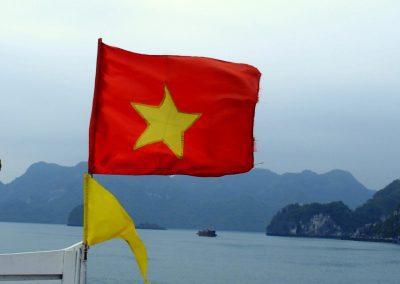 Drapeau et baie d'Halong Vietnam