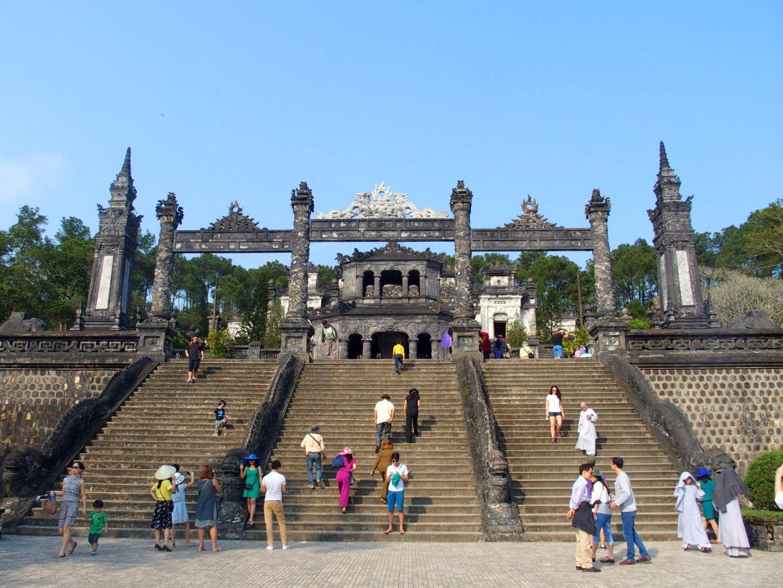 Escalier d'entrée mausolée Khai Dinh Hué Vietnam
