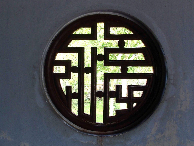 Fenêtre sur jardin monastère Hué Vietnam