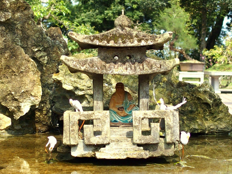 Fontaine bouddha jardin monastère Hué Vietnam