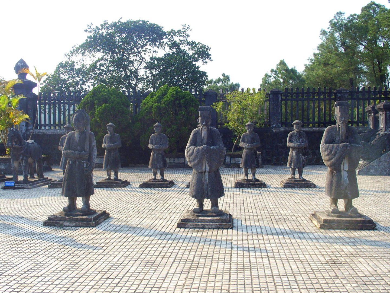 Garde royale sur terrasse mausolée Khai Dinh Hué Vietnam