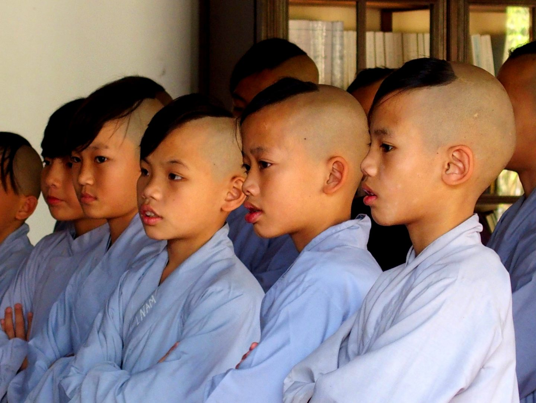 Jeunes moines pagode Thien Mu Hué Vietnam