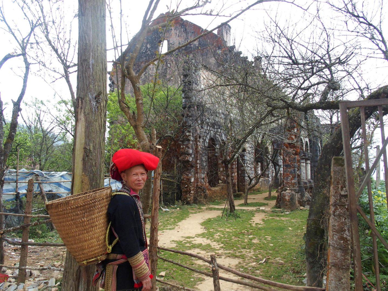 Maman de Xi Quan devant ruines abbaye Ta Phin Vietnam
