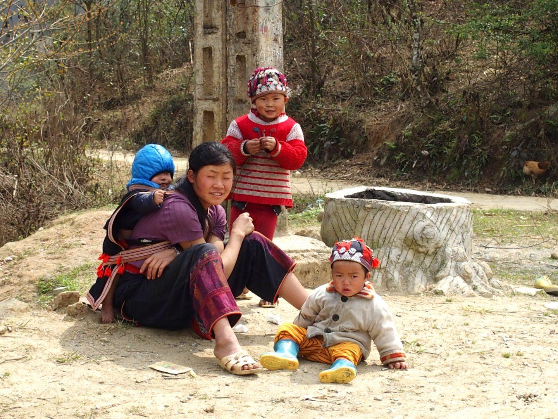 Maman et enfants Daos Ta Phin Vietnam