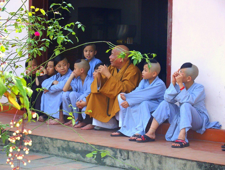 Moment détente novices monastère Hué Vietnam
