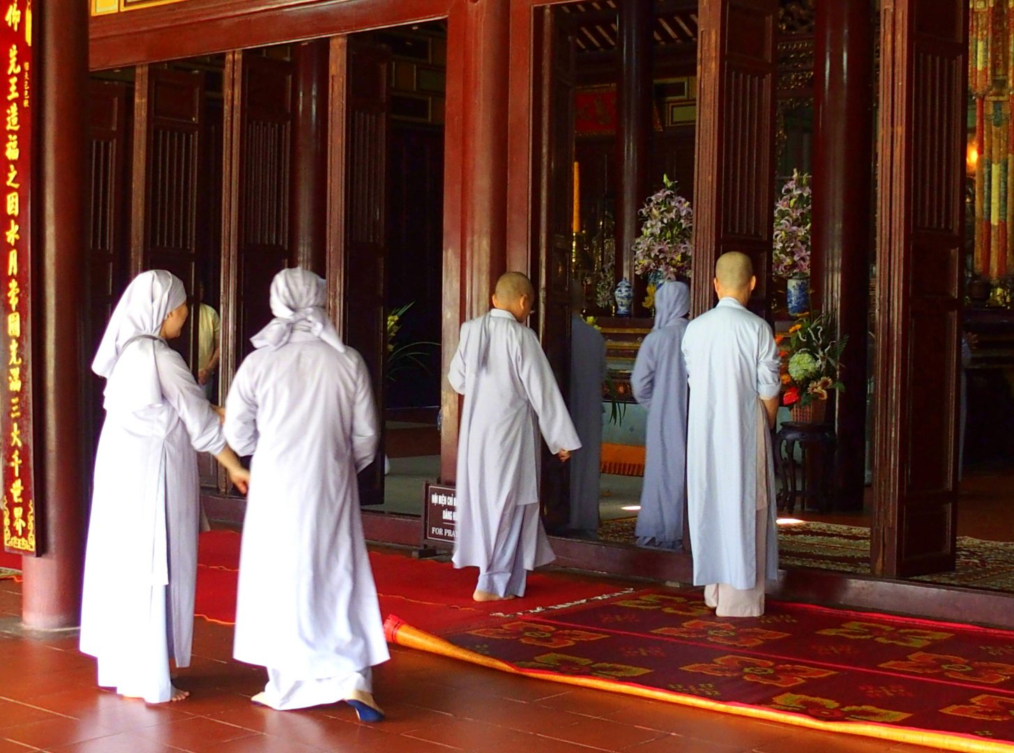 Moniales pagode Thien Mu Hué Vietnam