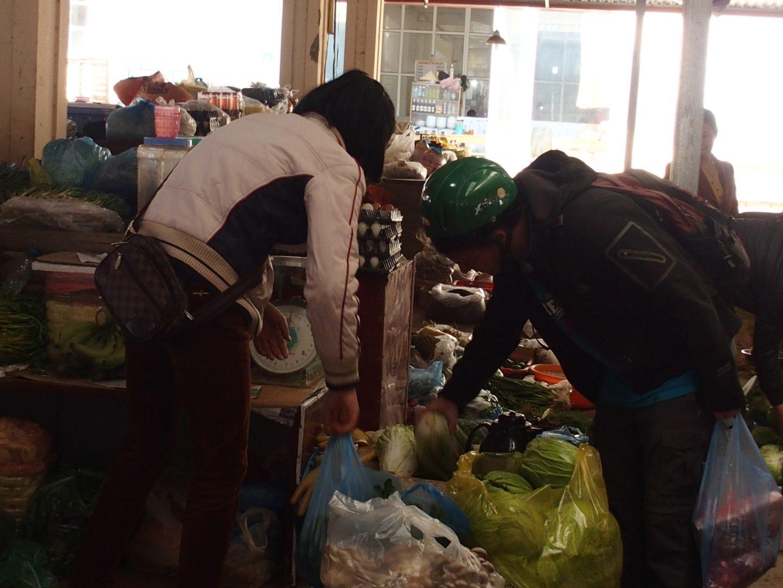 Olivier remplit les sacs marché Sapa Vietnam