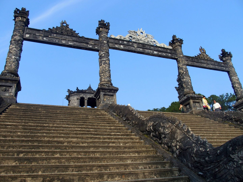 Piliers escalier mausolée Khai Dinh Hué Vietnam