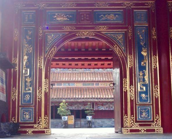 Porte entrée cour intérieur mausolée Minh Mang Hué Vietnam