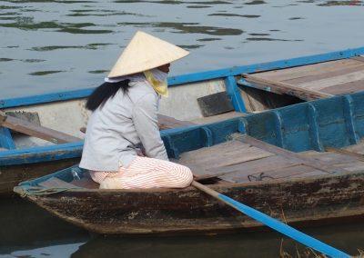 Rameuse sur barque rivière Hoï An Vietnam