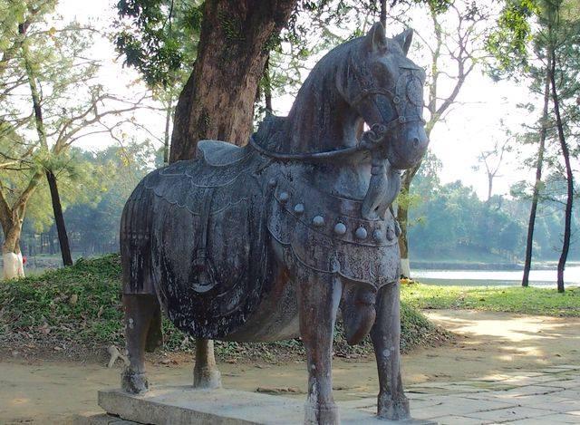 Statue cheval mausolée Hué Vietnam
