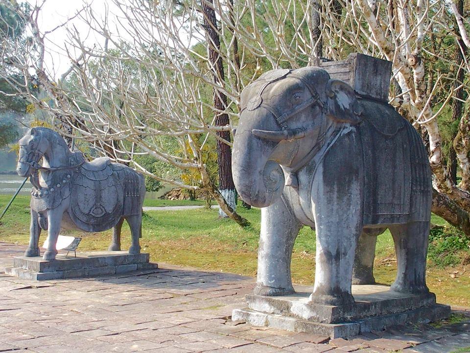 Statues d'éléphants et chevaix à l'entrée mausolée Hué Vietnam