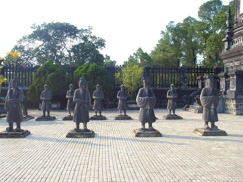 Statues garde royale mausolée Khai Dinh Hué Vietnam