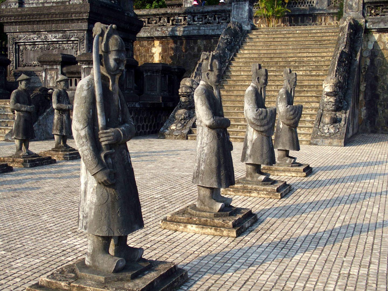 Statues mandarins mausolée Khai Dinh Hué Vietnam