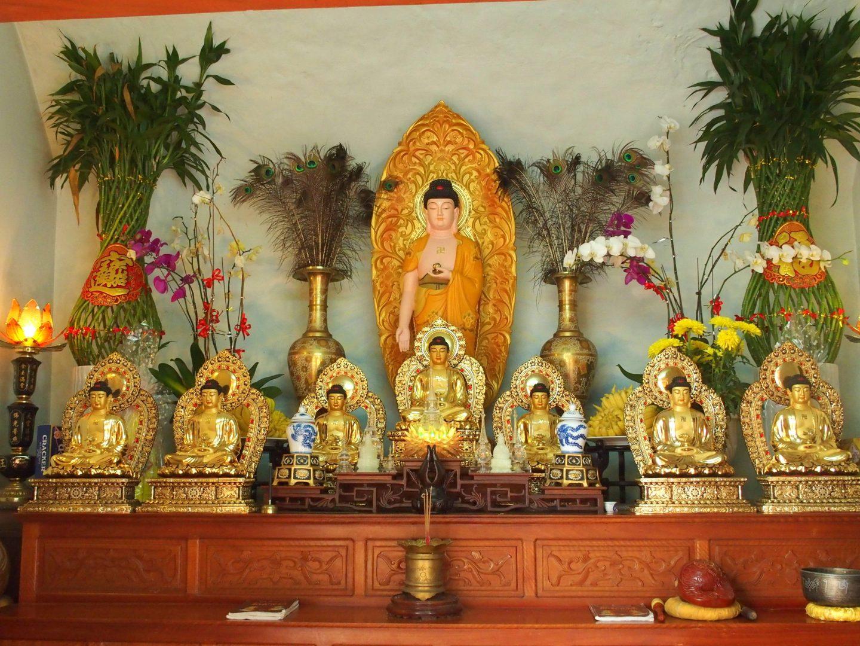 Statuettes Bouddhas pagode Tienn Mu Hué Vietnam