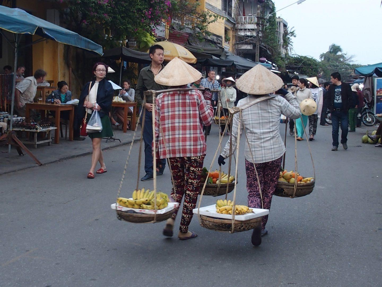 Vente fruits dans rue Hoï An Vietnam