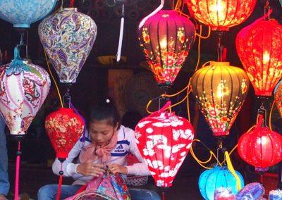 Jeune fabricante de lanterne Hoï An Vietnam