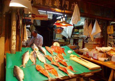 Etal traditionnel poisson marché Osaka Japon