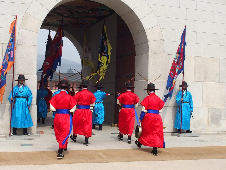 Fin de la relève garde Palais royal Seoul Corée du sud