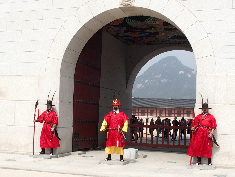 Gardes devant porte Palais Seoul Corée du sud
