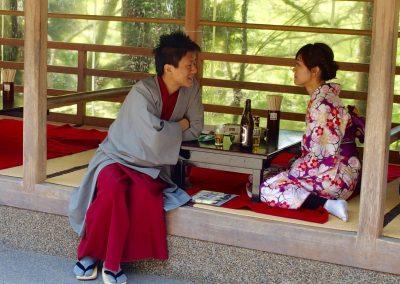 Jeune couple dans maison de thé Tokyo Japon