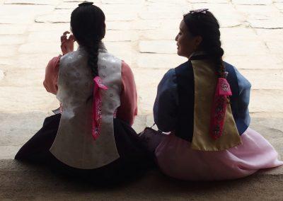 Jeunes filles dans la cour du Palais Royal Séoul Corée du sud