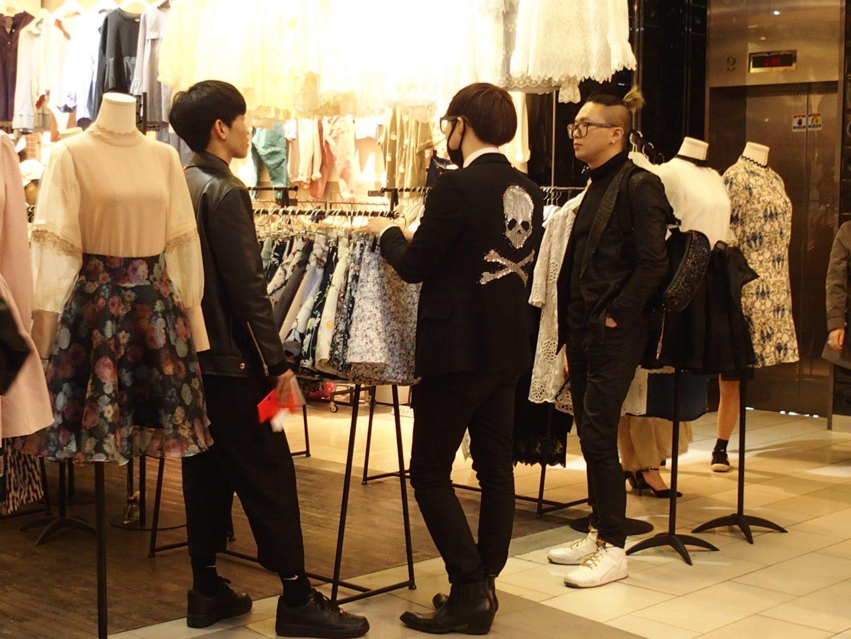 Jeunes gens dans magasin Corée du sud