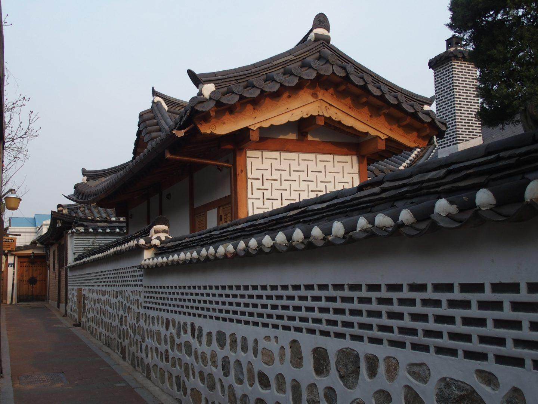 Murets et toits alignés hanoks Seoul Corée du sud