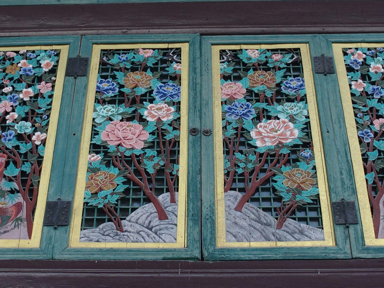 Superbes peintures sur volets temple Jogyesa Seoul Corée du sud